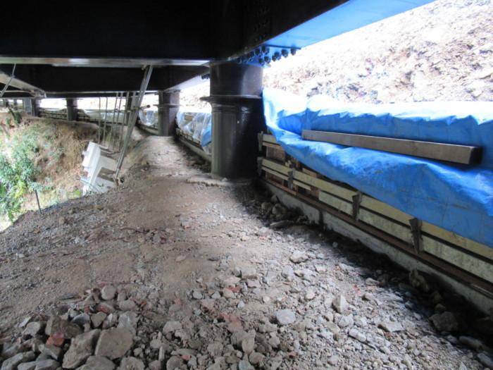 橋の下で片押し擁壁